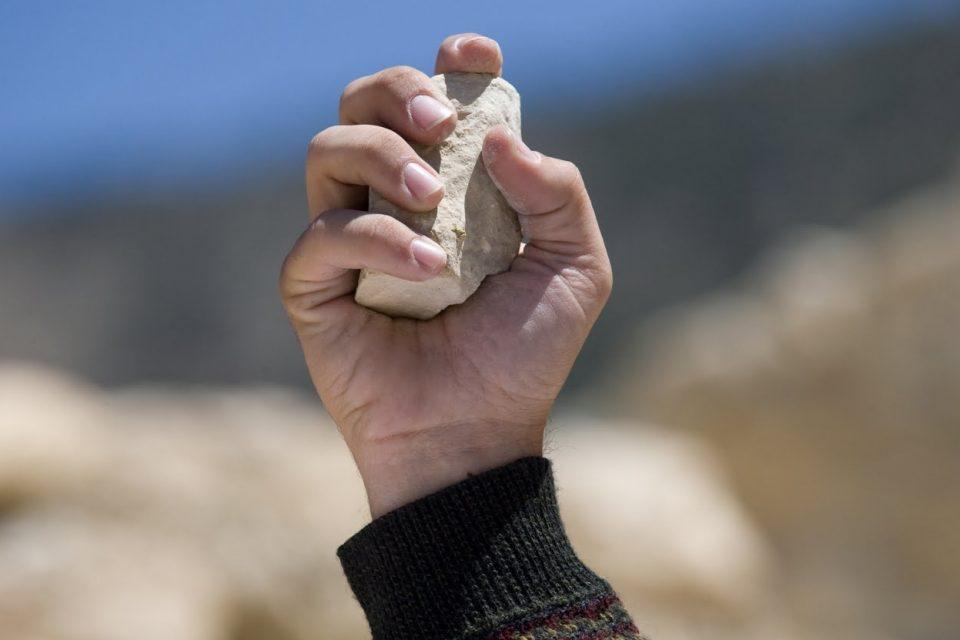 Mơ thấy ném đá là điềm báo gì? Nên đánh lô đề con gì ?